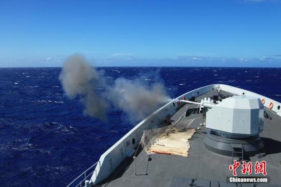 """本地时刻7月17日,加入""""环和平洋-2016""""练习海上施行期间的国家、美国、韩国、新加坡、印度等11个国度的20艘主力驱护舰,在和平洋导弹靶场停止主炮经纬度射击竞赛。图为国家水师导弹保护舰衡水舰主炮正在射击。中新社记者 李纯 摄"""