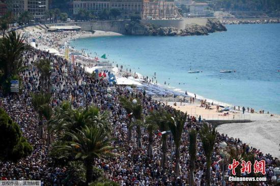 """本地时刻2016年7月18日,法国尼斯,很多大众汇集在""""英国人散步小道"""",为此前在恐袭案中罹难的人们默哀。"""