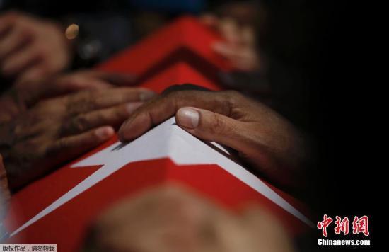 当地时间2016年7月17日土耳其伊斯坦布尔土耳其总统埃尔多安出席军事政变遇难者葬礼时潸然泪下并安慰亲属。