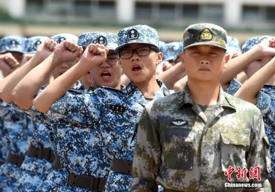 资料图:2016年7月18日,第十二届香港青少年军事夏令营在驻港部队新围军营举行开营仪式。图为学员宣誓。<a target='_blank' href='http://www.chinanews.com/'>中新社</a>记者 张宇 摄