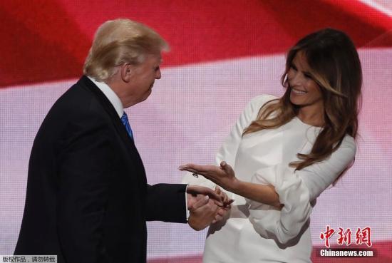 当地时间2016年7月18日,美国俄亥俄州克利夫兰,美国共和党全国代表大会举行,总统候选人特朗普与妻子梅拉尼娅出席。