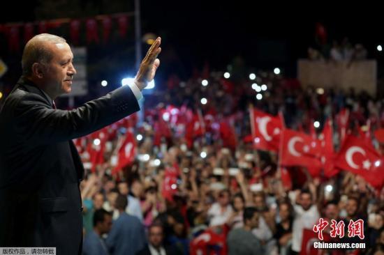 本地时刻7月19日,土耳其伊斯坦布尔,大众在土耳其总统埃尔多尔总统府第前会议反对政变,埃尔多安对请愿人群揭晓发言。