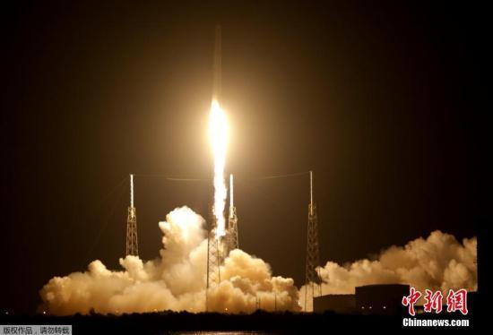 资料图:当地时间2016年7月18日,美国佛罗里达州卡纳维尔角,美国著名航天私企太空探索技术公司(SpaceX)成功用猎鹰9号火箭将一艘货运龙飞船送上太空。