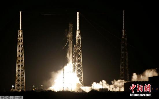 当地时间2016年7月18日,美国佛罗里达州卡纳维尔角,美国著名航天私企太空探索技术公司(SpaceX)成功用猎鹰9号火箭将一艘货运龙飞船送上太空。