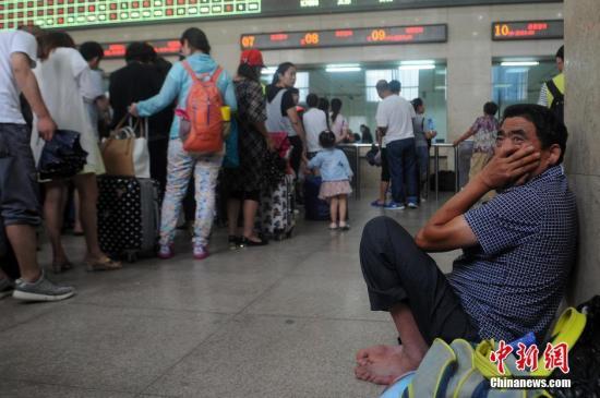 7月20日,山西太原火车站,部分中转旅客因无法换乘列车而滞留。 韦亮 摄