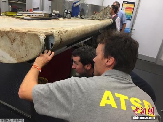 当地时间2016年7月20日,澳大利亚堪培拉,澳大利亚和马来西亚双方人员对上个月在坦桑尼亚发现的疑似MH370的飞机碎片进行研究。