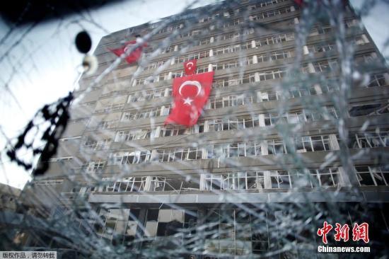 本地时刻2016年7月19日,土耳其安卡拉,在政变中被毁的议会大楼和差人局大楼成为废墟,墙上有显着的枪弹陈迹。土耳其特警持枪看管这些当局工作处。