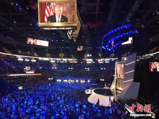 当地时间7月19日,美国俄亥俄州克利夫兰,特朗普的家人在台下激动相拥。当日,特朗普正式获得美国总统选举共和党候选人提名。 记者 廖攀 摄