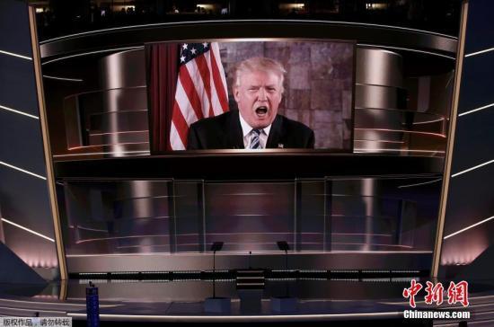 当地时间2016年7月19日,美国俄亥俄州克利夫兰,美国共和党全国代表大会第二日,特朗普正式获得美国共和党提名参加总统大选,特朗普的家人在台下激动相拥。