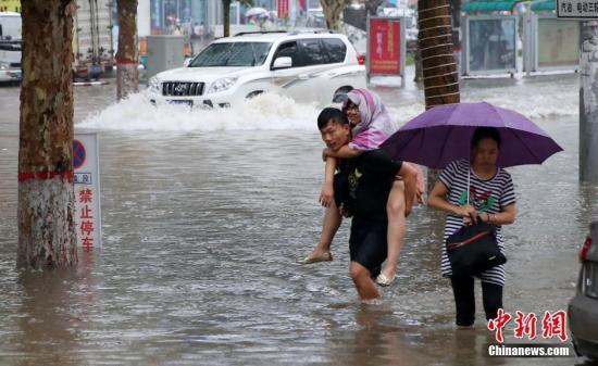 """7月19日清晨,一场暴雨突降河北省邯郸市,郊区内呈现""""看海形式""""。 中新社发 郝群英 摄 图像来历:CNSPHOTO"""