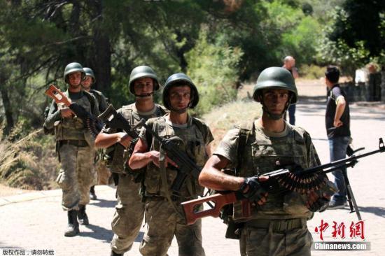 当地时间2016年7月20日,土耳其马尔马里斯,土耳其军队深入山林搜捕此前参与政变的军人。
