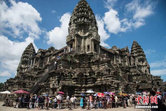 7月20日,柬埔寨暹粒著名景点小吴哥窟迎来众多游客,呈现出一派火热的旅游景象。图为游客在小吴哥窟游览。中新社记者 洪坚鹏 摄