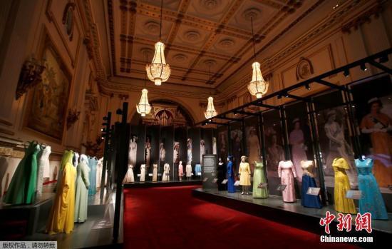 资料图:英国伦敦白金汉宫举办女王服装回顾展览。