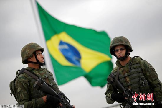 资料图:巴西海军陆战队在里约热内卢的瓜纳巴拉湾举行安保演习,应对可能发生的恐怖袭击。