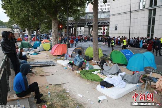 当地时间2016年7月22日,法国巴黎,法国宪兵从一临时营地驱逐1200名到1400名移民。图为难民留下的帐篷。