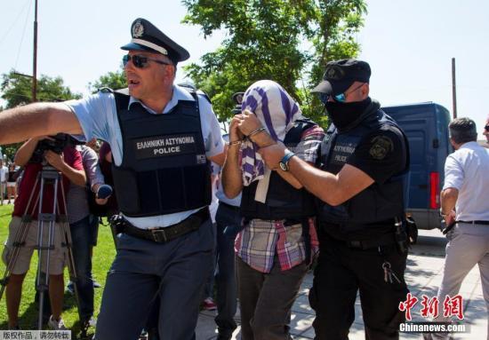 """8名土耳其军官虽申请政治庇护,但仍被指控""""非法入境""""出席法庭审判。"""
