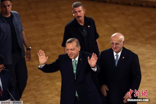 当地时间7月22日,土耳其总统埃尔多安查看军事政变中被毁的位于土耳其安卡拉的议会大厦。
