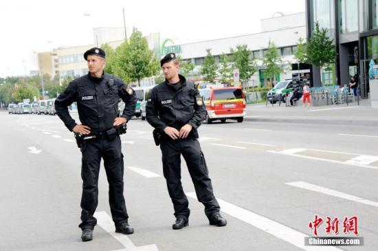 当地时间7月23日,德国慕尼黑警方公布的信息显示,22日晚发生在该市奥林匹亚购物中心附近的袭击事件造成9名平民死亡,1名凶手自杀身亡,10余人受伤。图为23日下午,事发地奥林匹亚购物中心仍处于戒严状态。该商场已于22日晚彻底清场。记者 彭大伟 摄