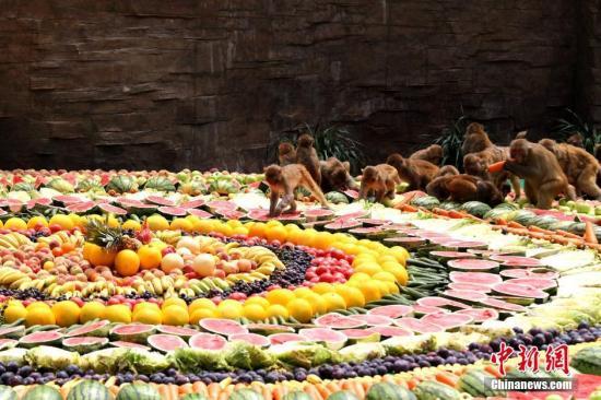 """资料图:由时令水果打造的""""百果宴""""。(<a target='_blank' href='http://www.chinanews.com/'>中新社</a>记者 王中举 摄)"""