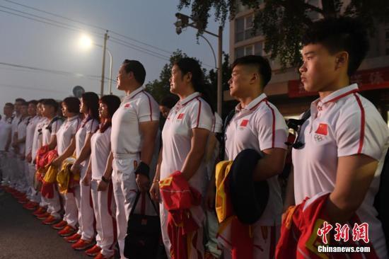 7月23日,国家举重队从北京动身,出征巴西里约奥运会。中新社记者 盛佳鹏 摄