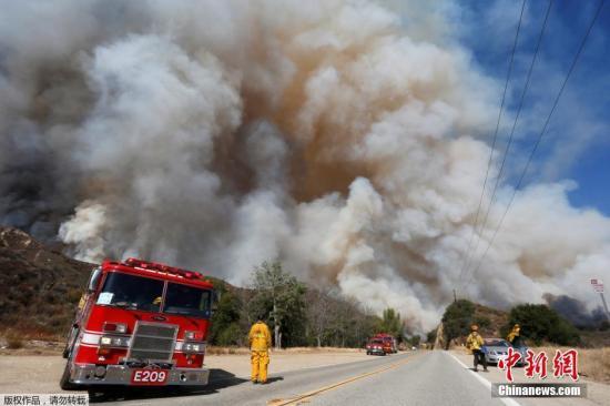 当地时间2016年7月23日,美国加州圣塔克拉利塔,山火自22日开始蔓延,已扩散至11000英亩(44平方公里)。