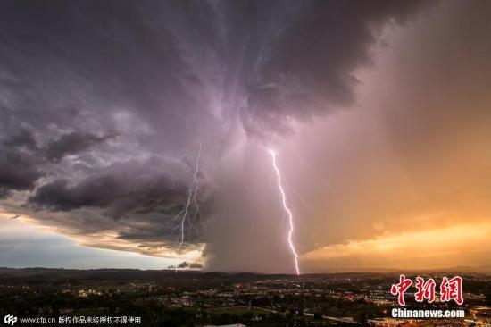资料图:闪电瞬间。 图片来源:视觉中国
