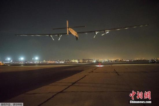 """当地时间2016年7月24日,埃及开罗,瑞士飞行员驾驶的全球最大太阳能飞机""""阳光动力2号""""从开罗起飞,开始其环球飞行最后一段航程,目的地是阿布达比酋长国。"""