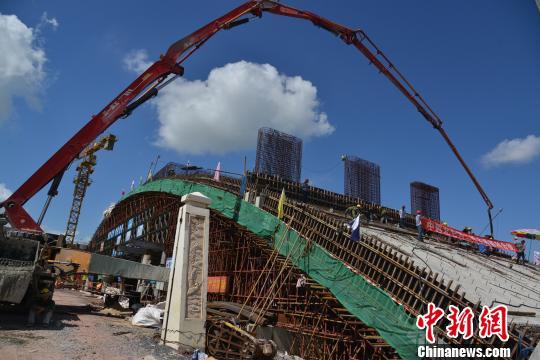 正在进行主桥拱施工的中越北仑河二桥。 陈义才 摄