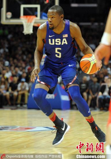 2016年7月25日,中美女篮热身首战在洛杉矶斯台普斯球馆完毕,国家男篮57-106不敌美国男篮梦之队。赵继伟体现不俗获得14分,易建联获得18分7篮板。 图像来历:Osports部分育图像社