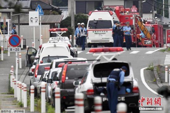 本地时刻26日清晨2时30分摆布,一位女子持刀突出神奈川县相模原市一家伤残人福利院行凶,今朝已招致15人殒命、40多人受伤。报导说,该女子已于本地时刻3时摆布向警方自首。据本地警方音讯,持刀行凶的女子现年26岁,曾是遭袭福利院的作业人员。今朝警朴直在就其行凶念头等停止考察。