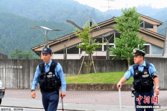 本地时刻26日清晨2时30分摆布,一位女子持刀突出神奈川县相模原市一家伤残人福利院行凶,今朝已招致15人殒命、40多人受伤。据悉,该女子已于本地时刻3时摆布向警方自首。据本地警方音讯,持刀行凶的女子现年26岁,曾是遭袭福利院的作业人员。今朝警朴直在就其行凶念头等停止考察。