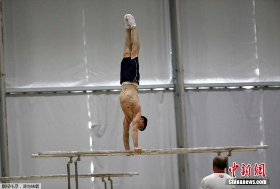 本地时刻7月26日,巴西里约热内卢,俄罗斯体操静止员停止锻炼。图为俄女子体操静止员尼基塔·纳戈尔内正在锻炼中。