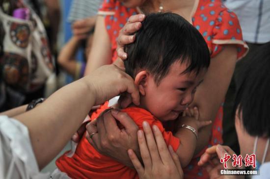 """资料图:正在贴""""三伏贴""""的儿童。 <a target='_blank' href='http://www.chinanews.com/'>中新社</a>记者 任东 摄"""