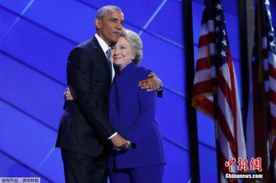 当地时间2016年7月27日,美国费城,美国总统奥巴马出席民主党全国代表大会,发表演讲。偶尔上台的美国民主党候选人希拉里,与奥巴马热情互动,二人搂肩向支持者挥手致意。奥巴马表示自己即将卸任,希望民众能把对他的支持移转支持希拉里,与他一起让希拉里成为下任总统。