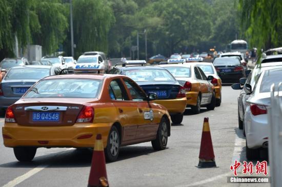 网民诉出租车乱象:孕妇抱儿童坐 只因司机要拼客