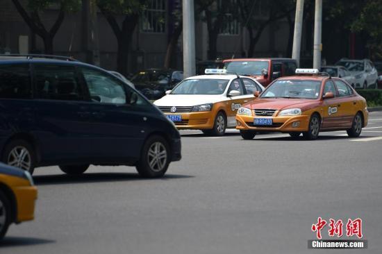 """网约车""""补贴战""""再起出租车行业""""驶""""向何方?"""