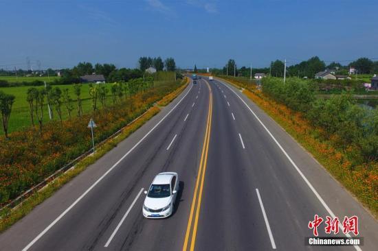 资料图:乡村公路。周星亮 摄