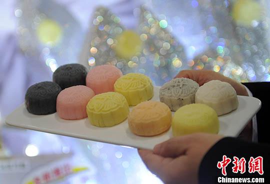 资料图:各式冰皮月饼。中新社记者 谭达明 摄