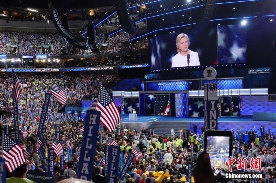 当地时间7月28日,美国费城,在为期四天的美国民主党全国代表大会的最后一天晚上,希拉里正式接受民主党总统候选人提名并发表演讲。 <a target='_blank' href='http://www.chinanews.com/'>中新社</a>记者 廖攀 摄