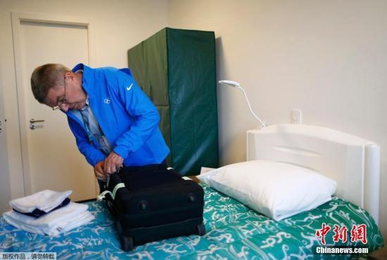 当地时间7月28日,国际奥委会主席巴赫进驻里约奥运村,巴赫居住的房间里有两张单人床和一个简易衣柜。当天,巴赫在奥运村的运动员餐厅用餐,会见了两名参加本次奥运会的难民运动员。