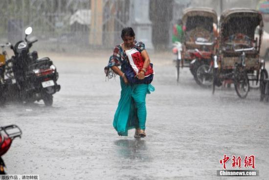 印度各地洪水泛滥致152人丧生 数百万人流离失所