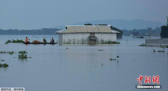 在印度东北部的阿萨姆邦,有19人因暴雨灾害丧生。阿萨姆邦官员称,据估计,此次洪灾侵袭了该邦21个区的3000个村庄,造成200万人无家可归。
