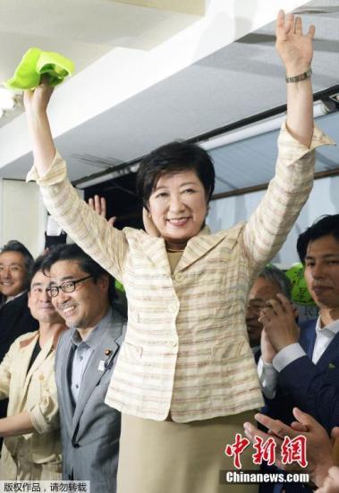 据日本播送协会(NHK)报导,在7月31日停止的东都门知事推举中,前防守大臣小池百合子肯定中选,成为东京首位女人都知事。