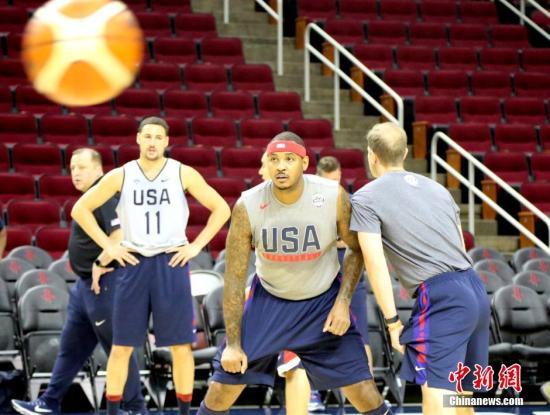 """当地时间7月31日,被称为""""梦之队""""的美国男子篮球队在休斯敦集训,备战6天之后开战的2016年里约奥运会男篮比赛。 <a target='_blank' href='http://www.chinanews.com/'>中新社</a>记者 王欢 摄"""