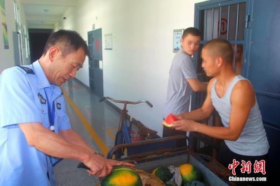 资料图:湖北省枝江市看守所副所长为在押人员发放水果。秦燕 摄
