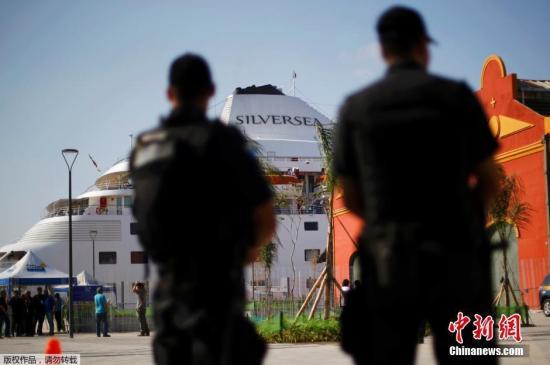 """8月2日,里约奥运会开赛期近,美国男女篮静止员回绝入住奥运村,而是住在停泊在里约船埠的""""Silver Cloud""""游轮,巴西警方派人停止保卫。"""