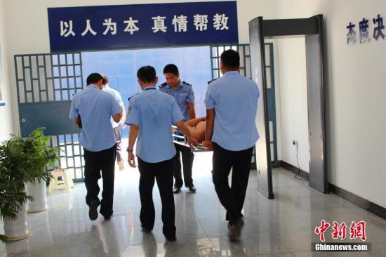资料图:湖北省枝江市看守所,民警和狱医对突然晕倒的在押人员立即进行处置,并将其送往协作医院诊疗。秦燕 摄