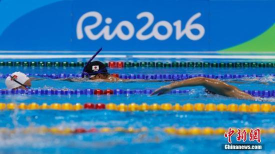 """资料图:当地时间8月2日,奥林匹克水上项目体育馆,一名日本选手在泳池用""""秘密武器""""进行训练。 <a target='_blank' href='http://www.chinanews.com/' ><p class="""