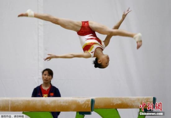 当地时间8月2日,中国女子体操队在里约进行赛前训练,范忆琳带领团员进行高低杠和平衡木等项目的训练。