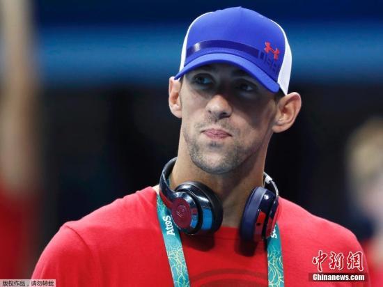 8月2日,巴西里约,菲尔普斯随美国游泳队探访里约奥运会游泳比赛场地,头戴棒球帽身穿红色T恤显得十分低调。